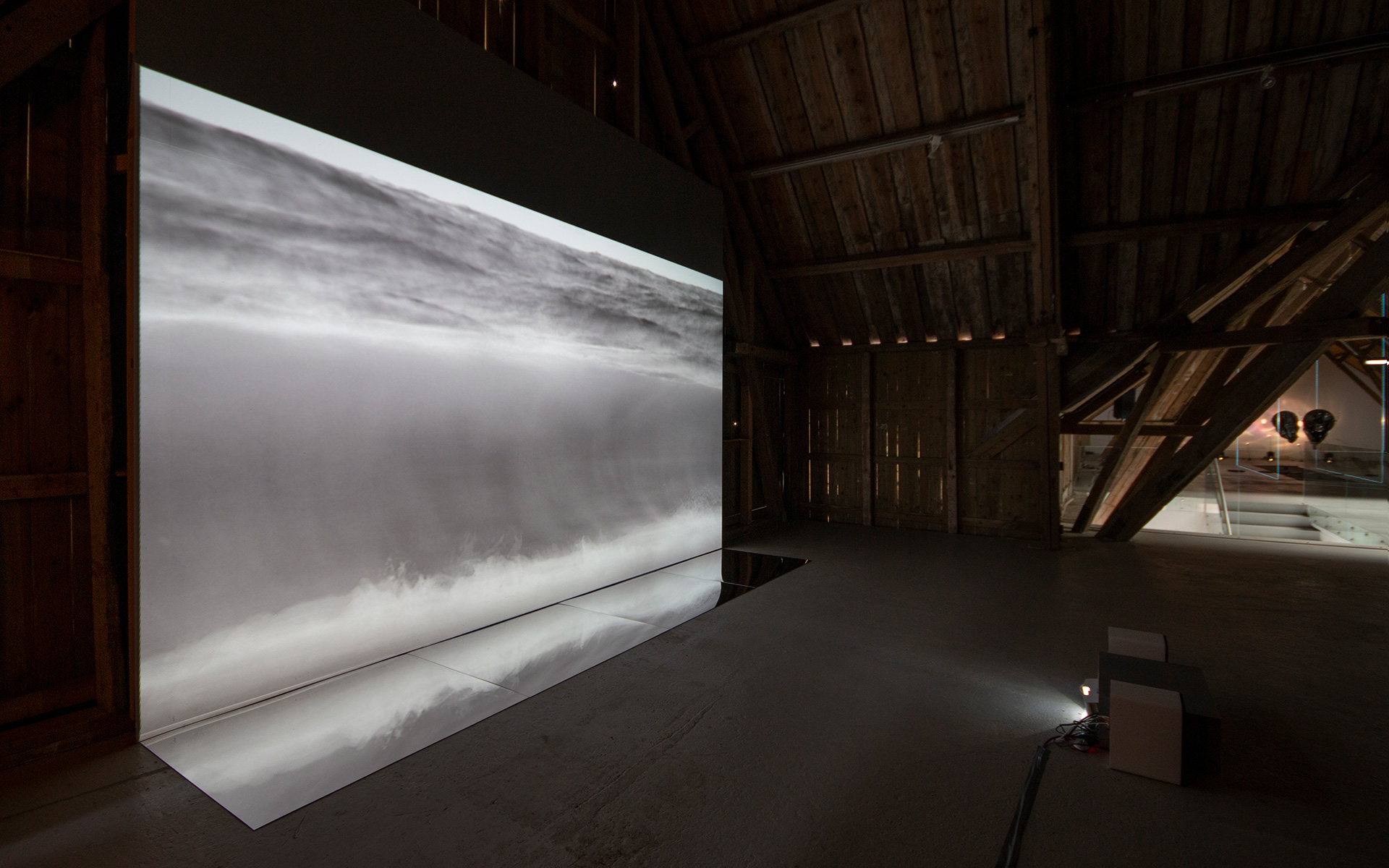 """Flyt"", video 16:9, 22 min loop, speil."