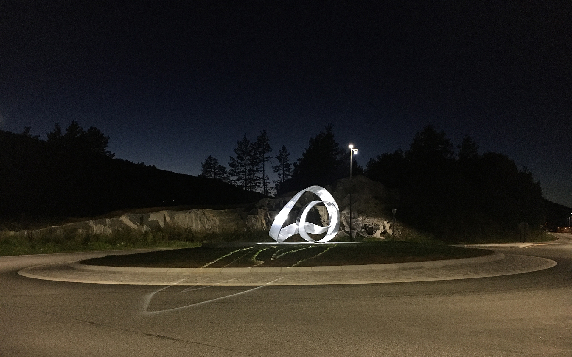 Moebius Variations - Upright Moebius at dusk. Light design by Halvor Næss Belysningsdesigner AS